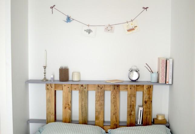 Tête de lit en palette, livres et objets déco